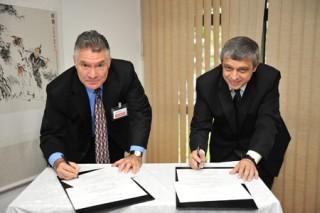 Inpe e Boeing assinam acordo na %C3%A1rea de sensoriamento remoto Inpe e Boeing assinam acordo na área de sensoriamento remoto