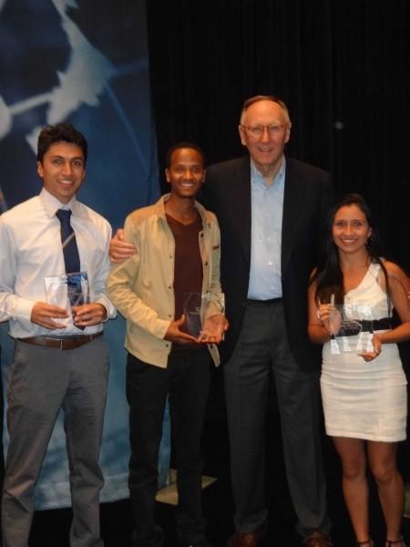 premio esri colombia young scholar award 450x600 Estudiantes colombianos premiados en el Young Scholar Award de Esri
