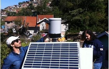 Técnicos do Cemaden instalam dispositivo de previsão de risco geo-hidrológico dos chamados movimentos de massa - ou deslizamentos.[Imagem: Cemaden/Divulgação]