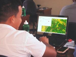 Os participantes aprendem a utilizar programa de computador desenvolvido pelo INPE e parceiros 300x225 Inpe treina técnicos para monitorar desmatamento na bacia amazônica
