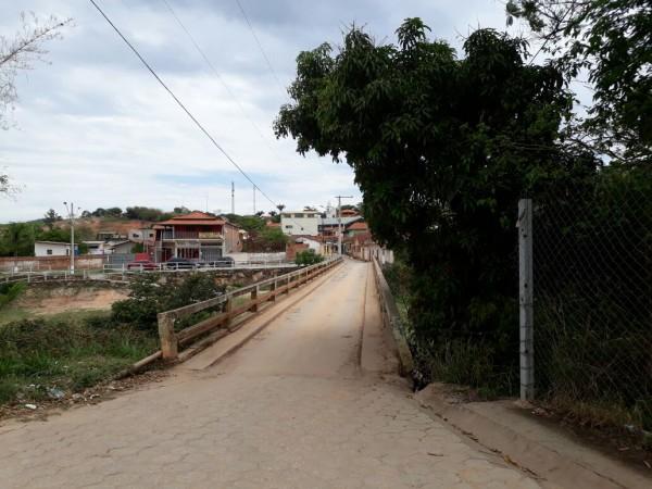 Figura 3.4‑1 – Aspecto da entrada do empreendimento, na ponte sobre o Rio Taquaraçu FONTE: Autores, 2017
