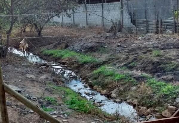 Figura 5 – Foto que representa o assoreamento do córrego Bela Vista e o não cumprimento da legislação ambiental. Coordenadas UTM- E 591927m, S 7798962m. Fonte: Autores, 2017.