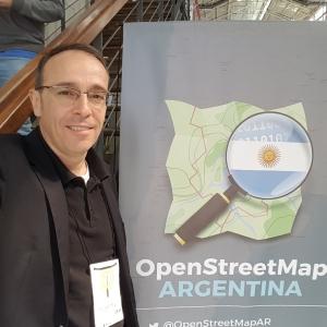 Thierry JEAN na frente to cartaz do evento Comunidade latinoamericana do OpenStreetMap reúne se na Argentina