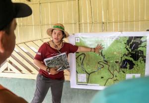 Quando eu devolvo o mapa à comunidade, ela passa a ter outra visão do território, diz a pesquisadora do Instituto Mamirauá, Jéssica dos Santos- crédito Bernardo Oliveira