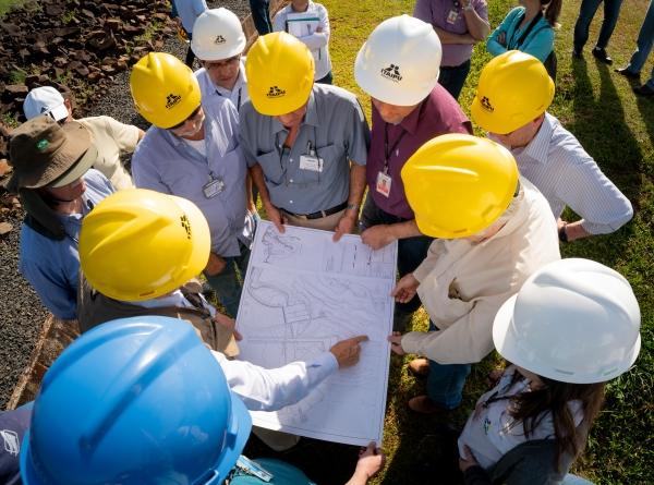 equipe de tecnicos da itaipu Itaipu tranquiliza a população e reitera a segurança da barragem